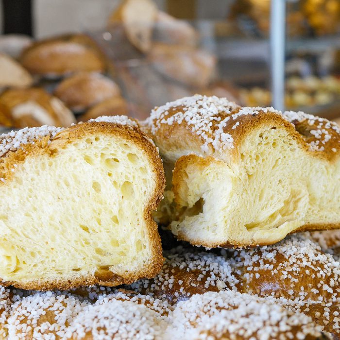 Découpe Brioche au poids avec des perles de sucre disponible dans la boutique de François Fortin à Pessac et Cestas