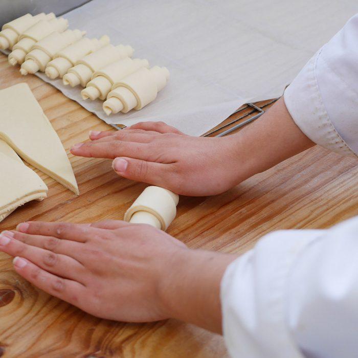 Préparation artisanale des Croissants gourmands. En pleine conception des viennoiseries de la Maison Fortin à Cestas et Pessac par l'équipe de boulangers de François Fortin