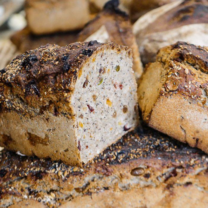 Découpe d'un Pain Nordique fabriqué par les boulangers de la Maison Fortin avec des fruits secs de saison
