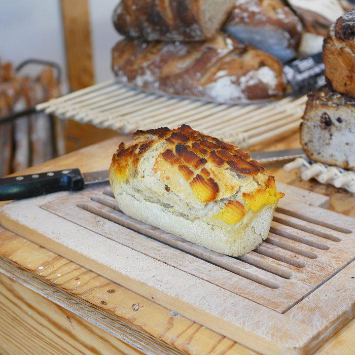 Préparation découpe d'un Pain au Maïs fabriqué dans la boulangerie pâtisserie Maison Fortin à Cestas et Pessac