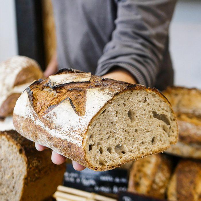 Découpe d'un Pain de Campagne dans la boulangerie pâtisserie Maison Fortin