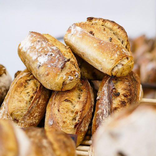 Pain aux noix entier dans la boulangerie pâtisserie Maison Fortin