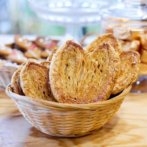 Préparation artisanale des Palmiers. En pleine conception des viennoiseries de la Maison Fortin à Cestas et Pessac par l'équipe de boulangers de François Fortin